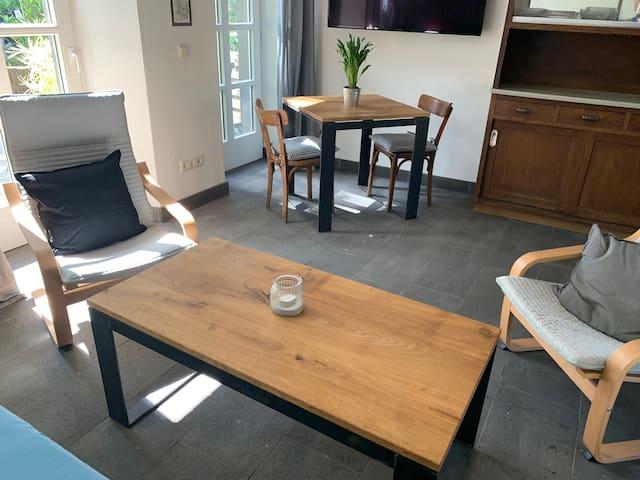 Sessel und Sofa mit Tisch