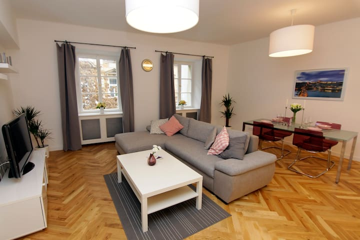1BDR Apartment by the OLD TOWN SQUARE