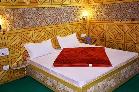 Aanshal Bidagari Homestay Jibhi Room No. 3