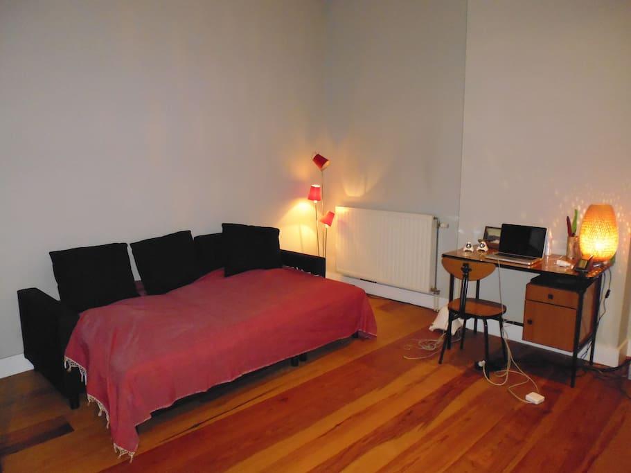 Canapé lit 2 personnes dans pièce centrale