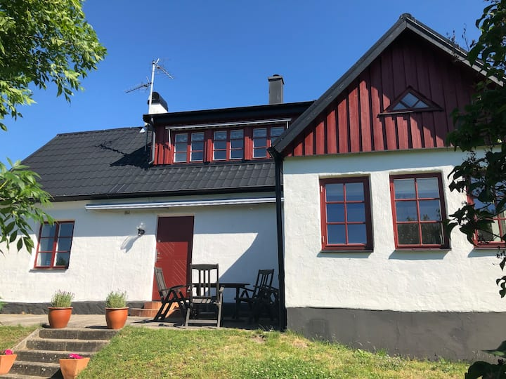 Mysig Skånelänga i lantlig miljö