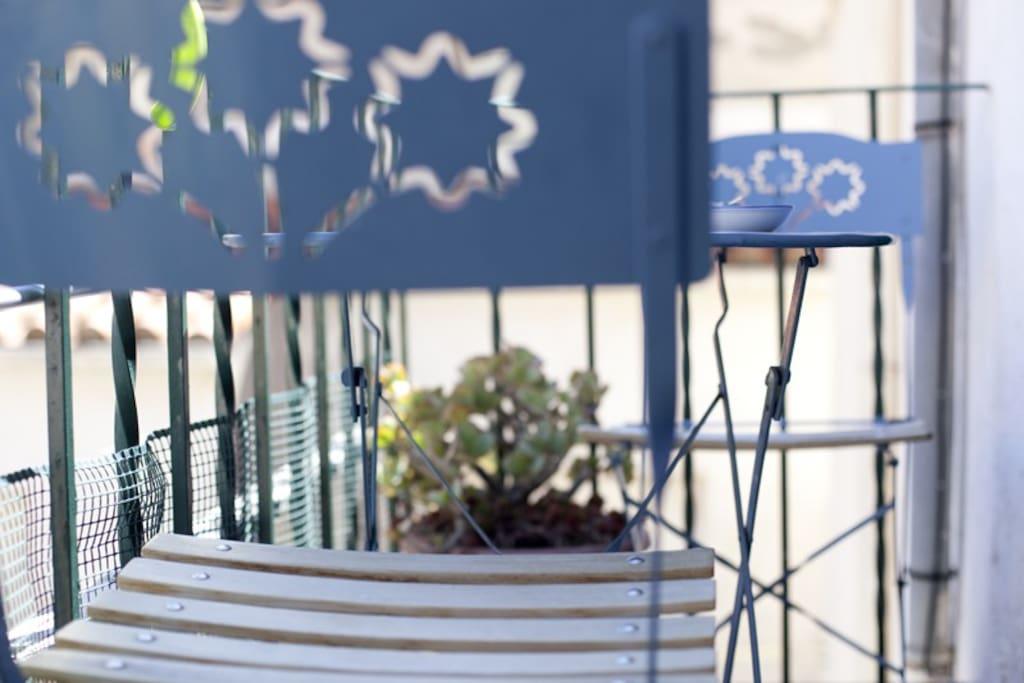 petit balcon pour un café ensoleillé au réveil