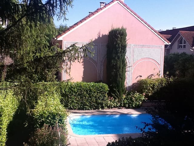 Lyon centre croix rousse 4pers apartments for rent in for Pool show lyon france