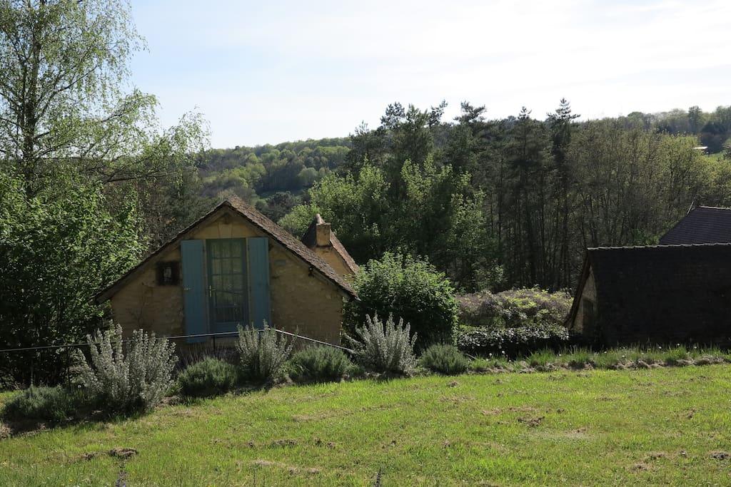L' entrée privative, à droite maison principale et sa cuisine attachée, derrière le four à pain se trouve le gîte.