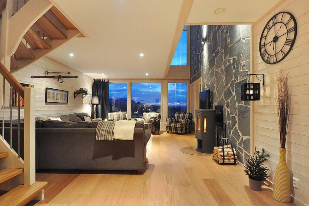 Vardagsrum och trapp upp till övervåningen.