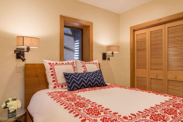 Guest bedroom #2w queen bed & designer linens