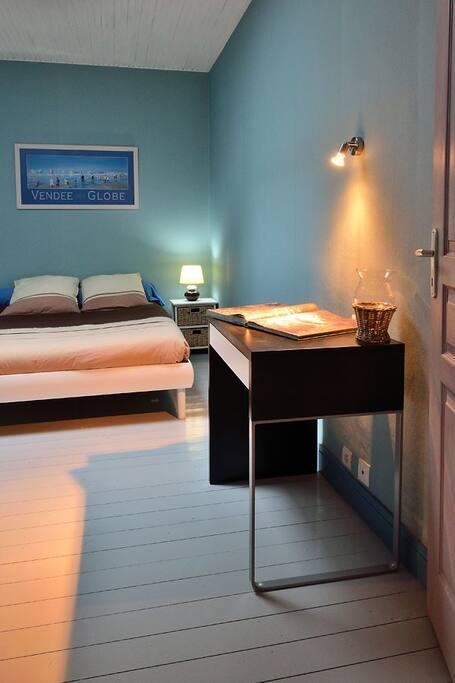 chambre double avec petit bureau