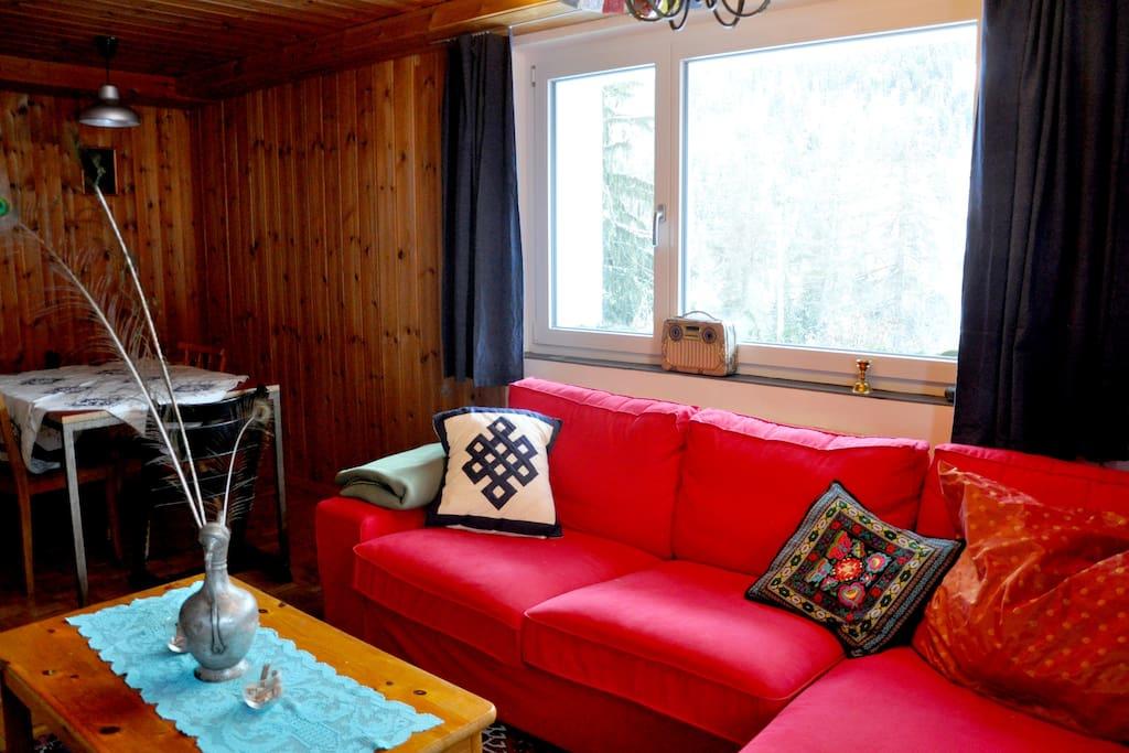 Wohnraum mit kleiner Küche, Sofa und Esstisch