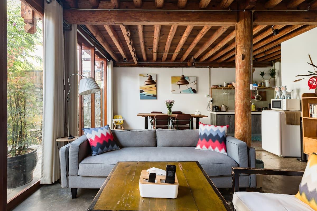 坐落于古城带私人庭院的白族传统原木风房源
