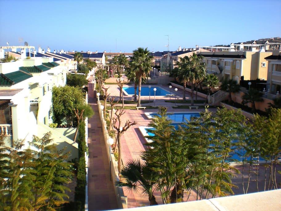 Vista de las piscinas desde la terraza infoerior