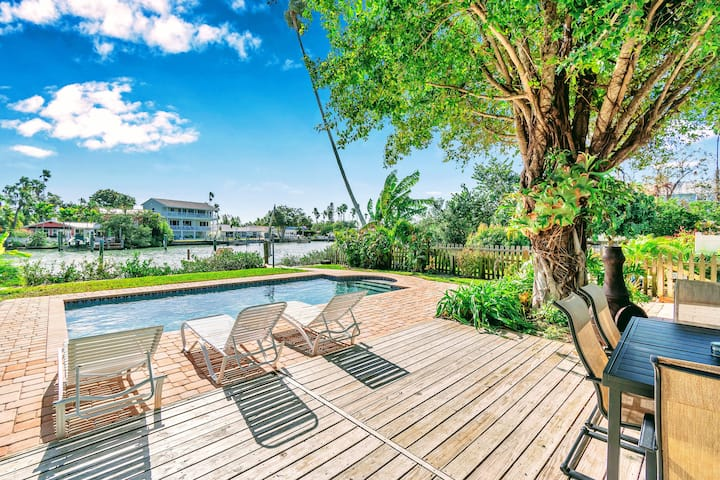 Waterfront SALTWATER POOL Best Villa A+ Location!
