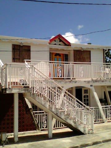 Les pieds dans l'eau des Caraïbes  - Port Louis  - House