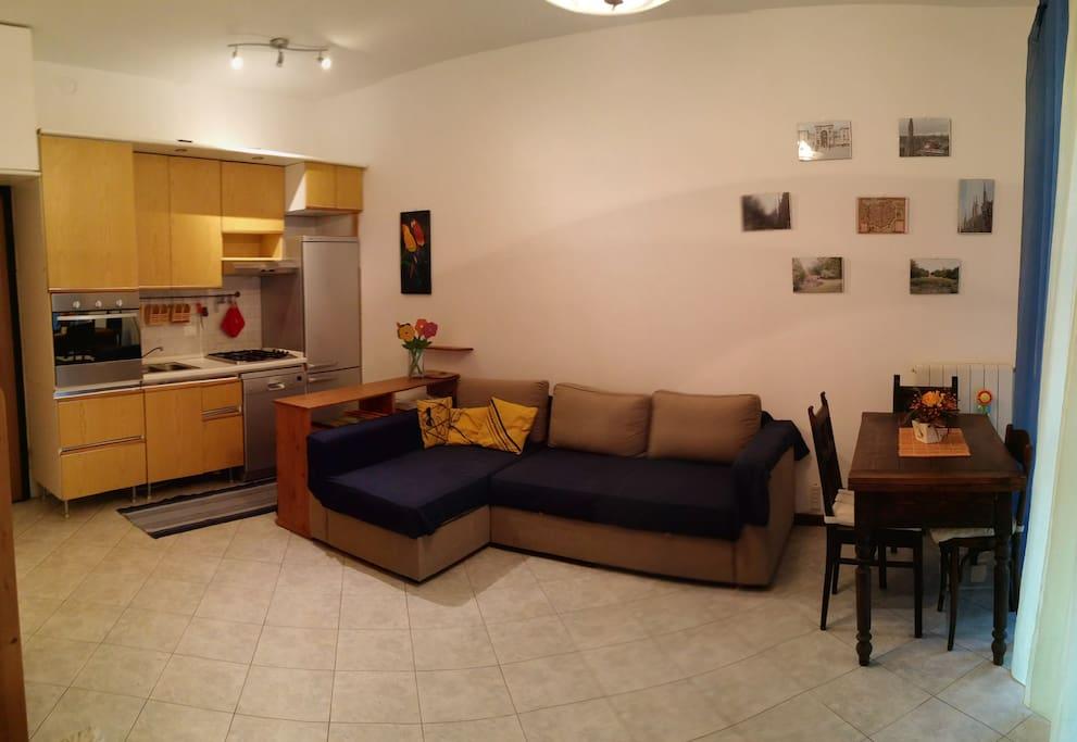 Sala con divano letto matrimoniale e zona pranzo