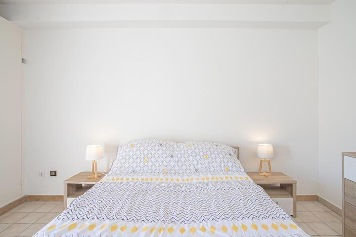 Et voilà ! c'est l'heure d'allumer votre climatiseur, et de vous insérer sous vos draps, mais avant allumez votre lampe de chevet (lumière blanche ou chaude au choix)pour une lecture avant un sommeil mérité.