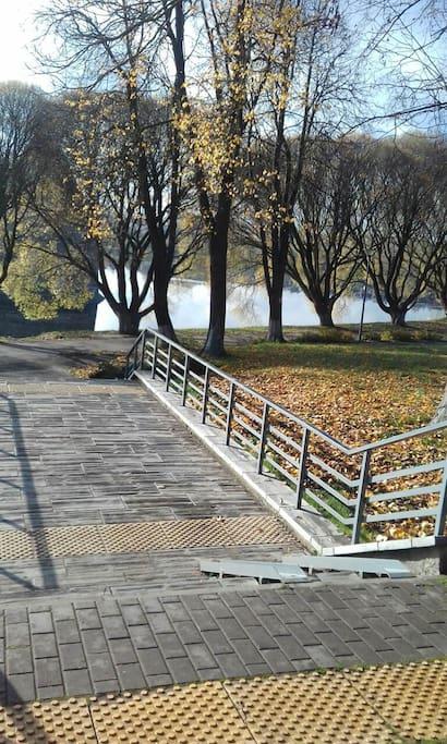 Набережная, спуск  к реке Пскова рядом с домом