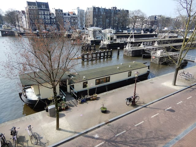 B&B on houseboat in historical Amsterdam centre