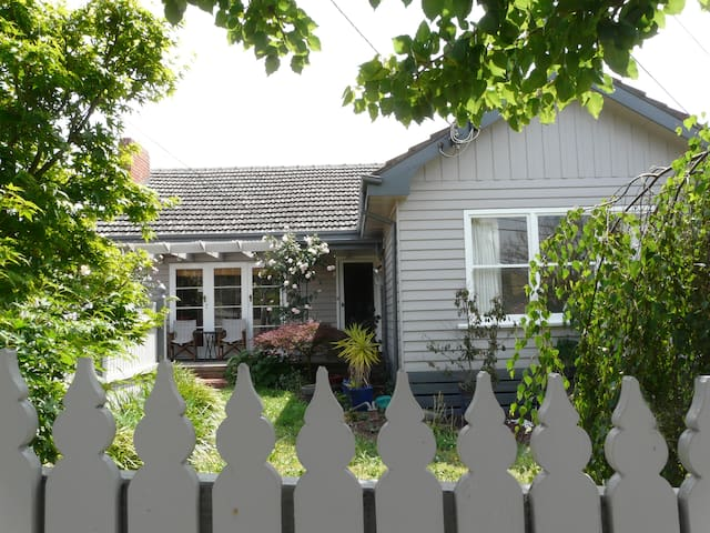 Cosey suburban cottage  - Ashwood - House