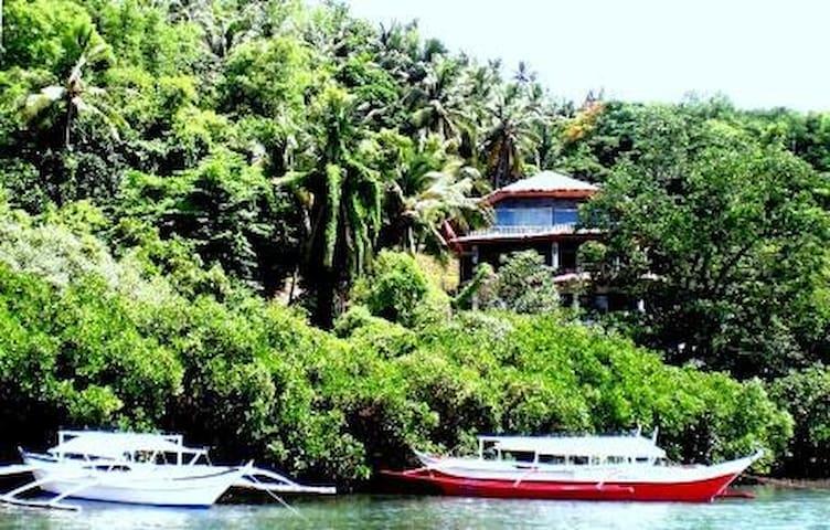 Secluded 6 Bedroom Oceanside Villa