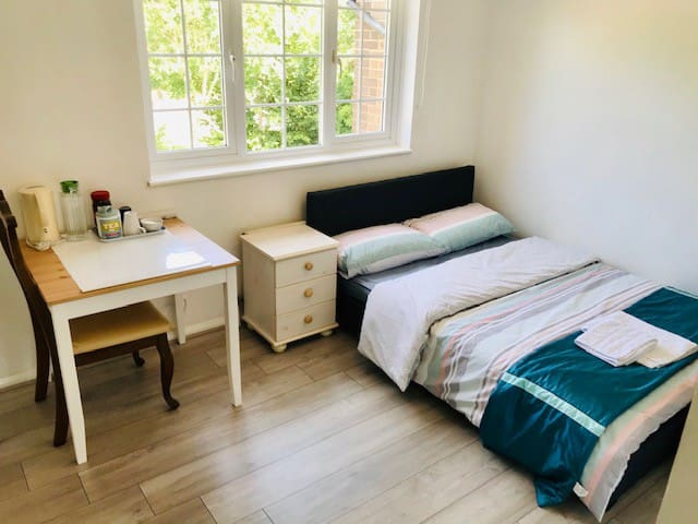 Gatwick Airport stopover - Comfy Double (Room  2)