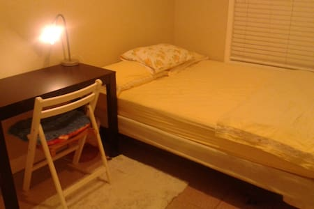Affordable cozy nice clean room  - Pittsburg - Hus