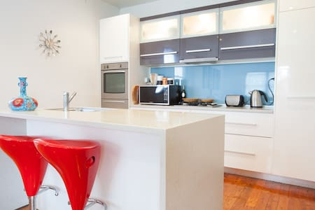 BEACHSIDE COTTAGE - walk to beach! - Forresters Beach