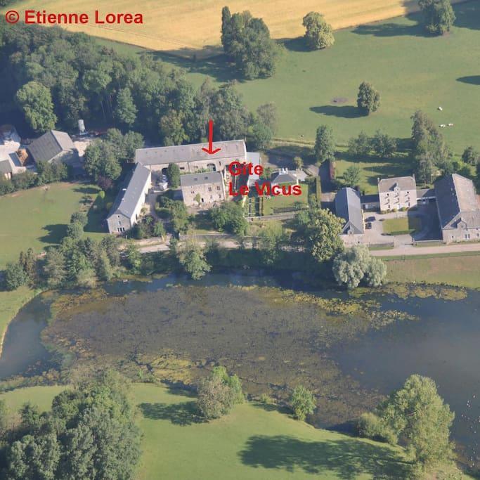 Situé au centre de Vervoz classé ensemble architectural exceptionnel de Belgique.