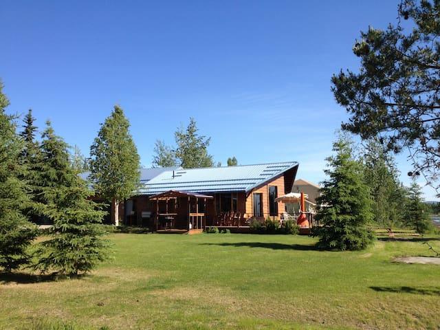 Exclusive Riverfront Cottage - Fairbanks