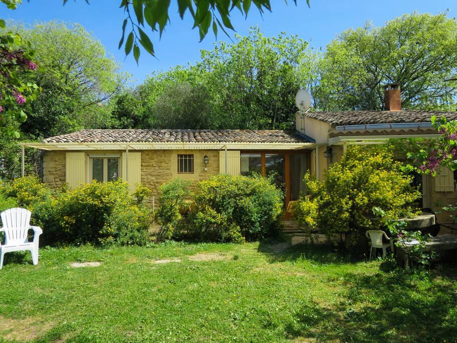 Vue extérieure maison et jardin