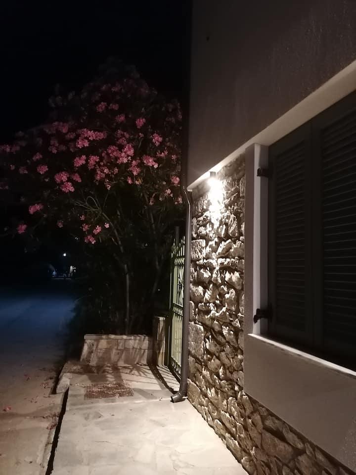 Πέτρινο σπίτι με αυλή