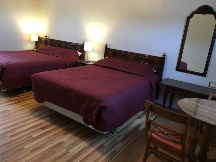 Angeles Motel 2 Queen Beds Room