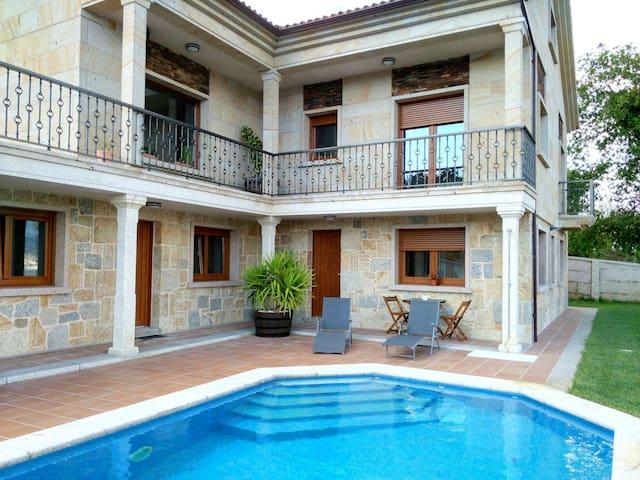 Apartamento con piscina y vistas - Raxó - House