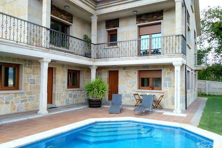 Apartamento con piscina y vistas - Raxó