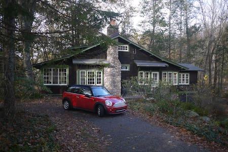 Stone and Cedar Chalet - Streamside - Blockhütte