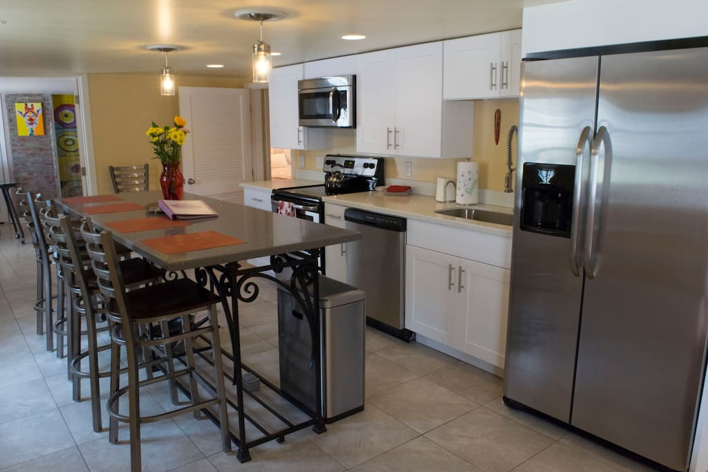 Gather and dine in this fully equipped kitchen/dining space