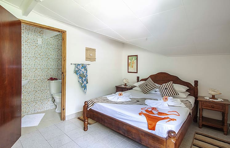 Bedroom no 4: Nice upstairs master bedroom with ensuite bathroom (+WC), AC