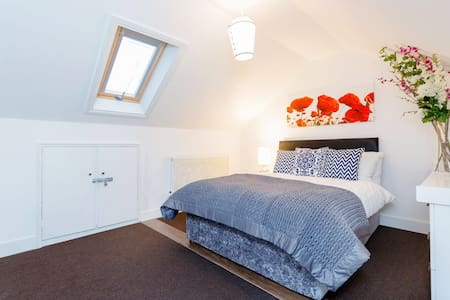 Contemporary Cosy Double Bedroom for 2  Couples - Thornton Heath
