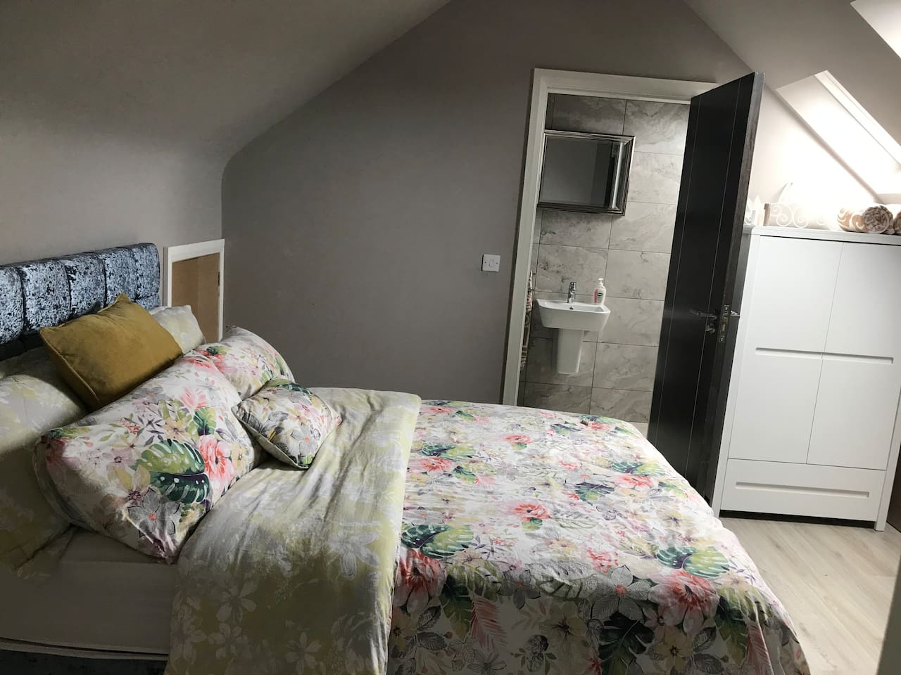 Beautiful en-suite bedroom on third floor