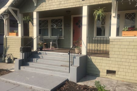 Sunny bedroom and private bathroom! - Oakland