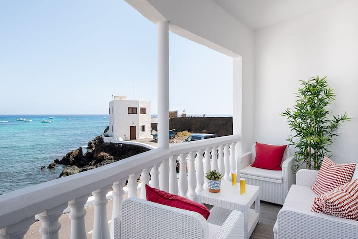 Delmar Lanzarote | Lovely fisherman's house right in front of the sea