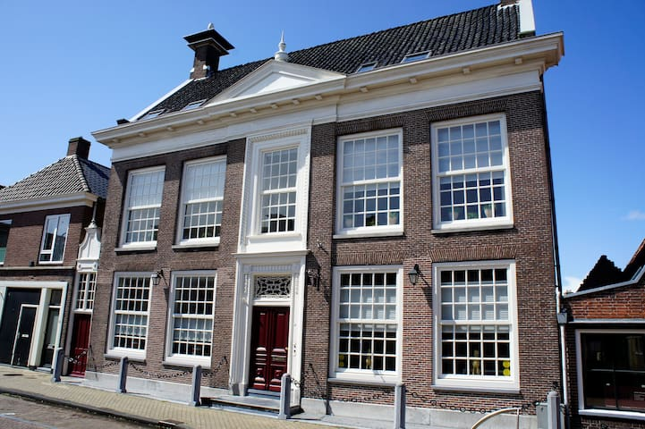 Kamer in centrum Makkum, in historisch pand