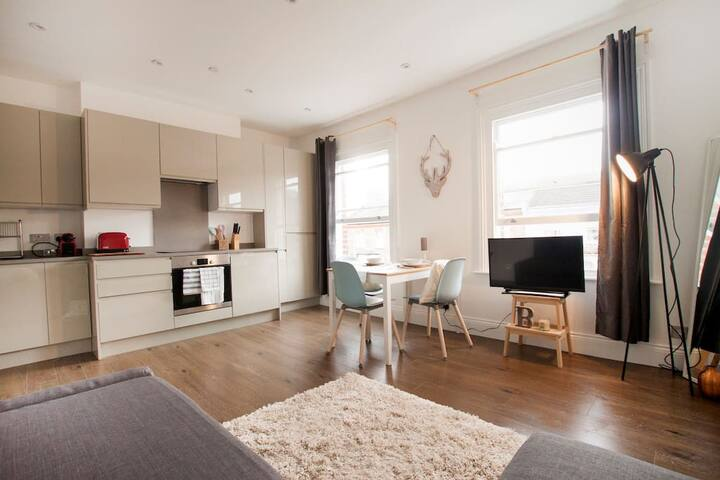 ~ Bravington Victorian three bedroom Flat3-2 ~ - Londra - Ev