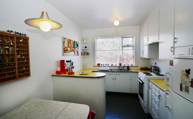 Cosy kitchen with small taple and chairs