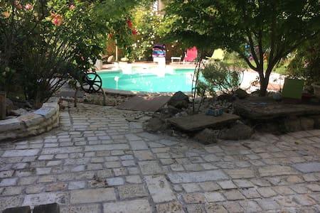 Maison de caractère du XIXème avec piscine privée.