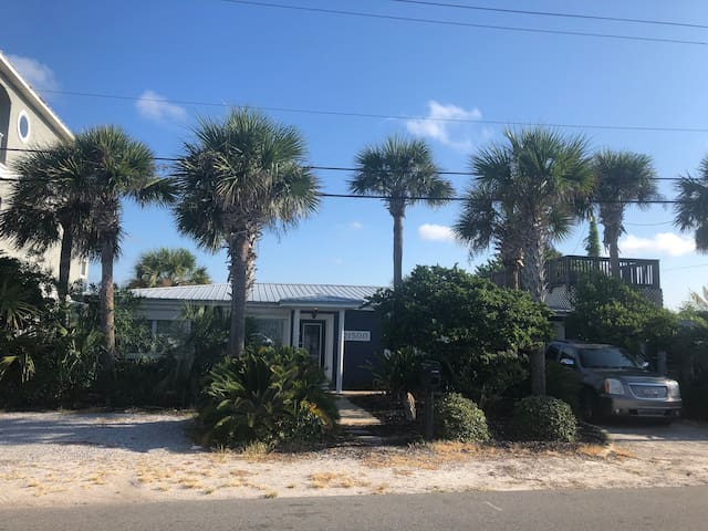 3-4BR house, private-no crowds! Steps from ocean!
