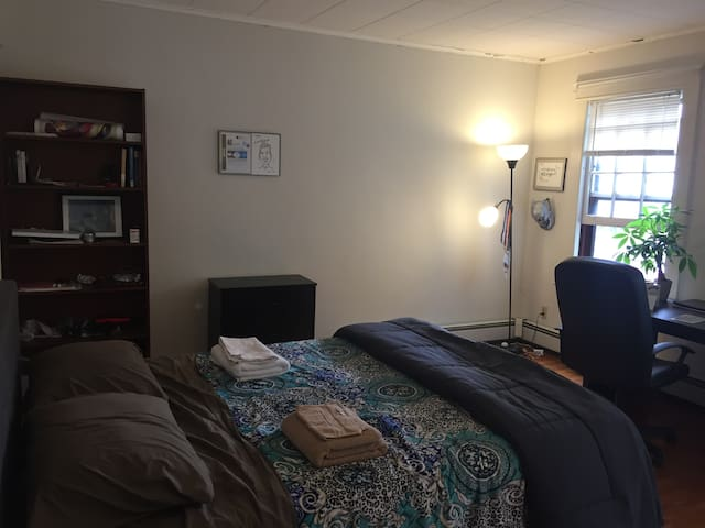 Large bedroom in cozy apt close to Yale