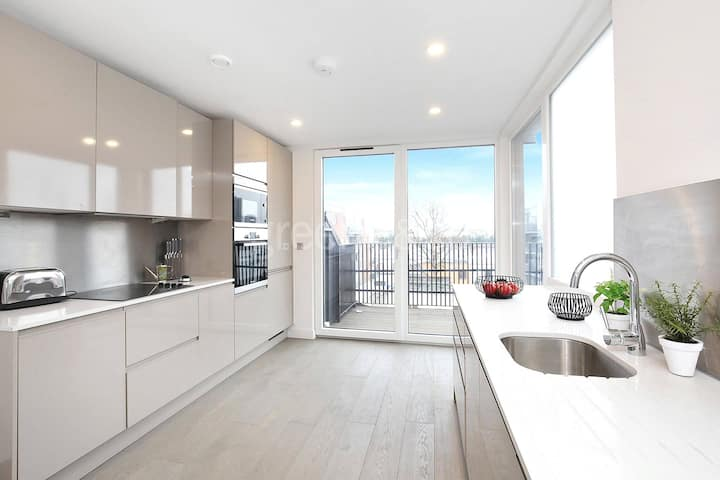 Sky Rise Penthouse Apartment with City Views