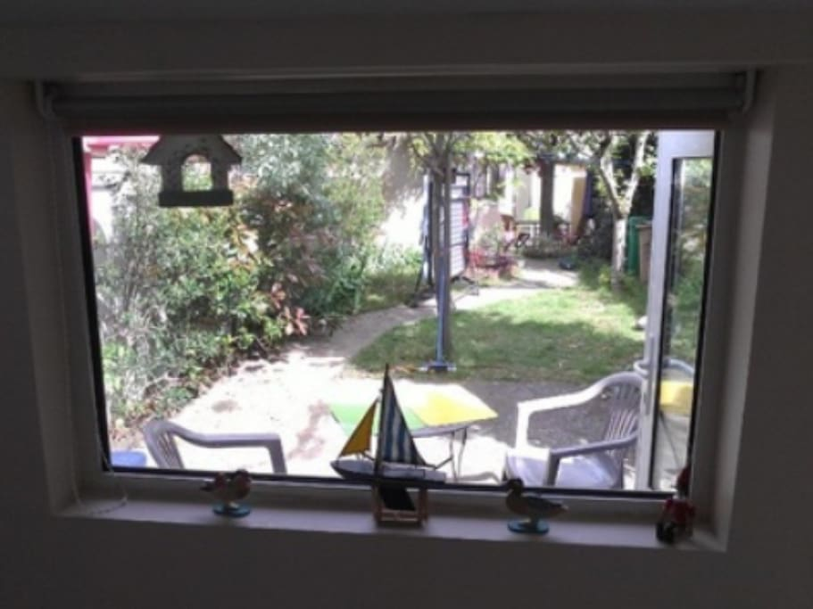 Vue de l intérieur du studio avec petite terrasse privative pour manger dehors
