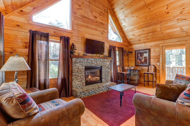 Dog-friendly cabin w/ hot tub, pool table & decks - close to town!