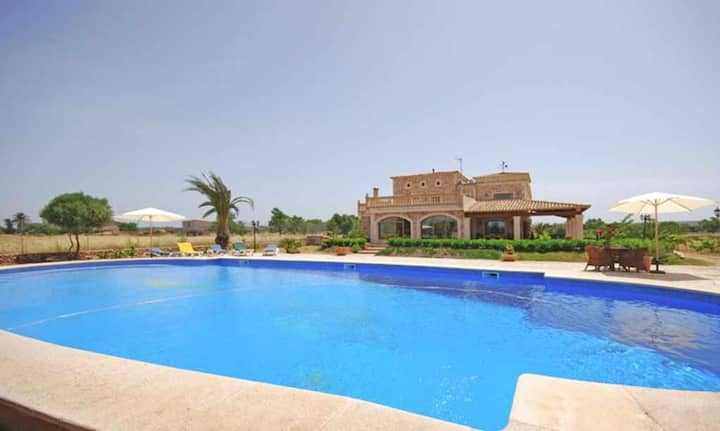 Large country house for 18 people with air conditioning and pool
