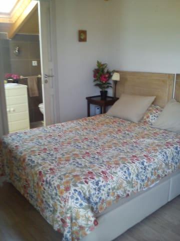 Dormitorio principal, planta alta, con el baño dentro.
